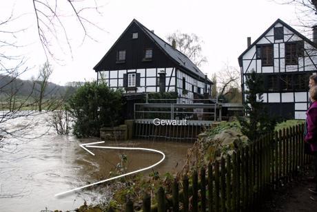 geschlossenes Gewault bei Hochwasser: statt Obergraben geht es übers Wehr