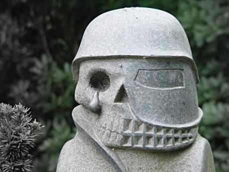 Grabstein: 2005 auf dem Gräfrather Friedhof, 2008 im Sinneswald gesichtet