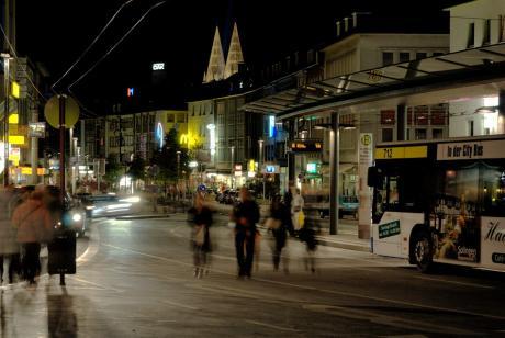 Grafen: Geister mit Schatten am Graf-Wilhelm-Platz