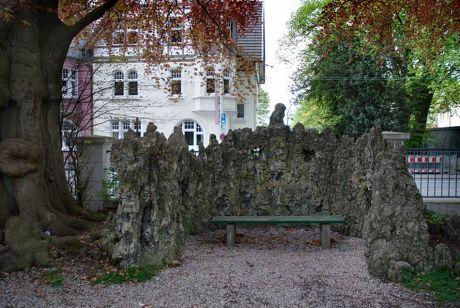 Die Grotte für das Brautpaar am  Haus Kirschheide