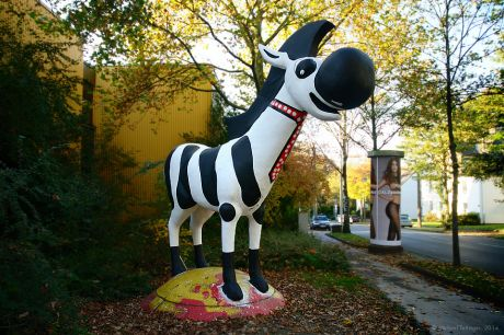 Gunnar, das Zebra: Im neuen Seeger-Outfit.