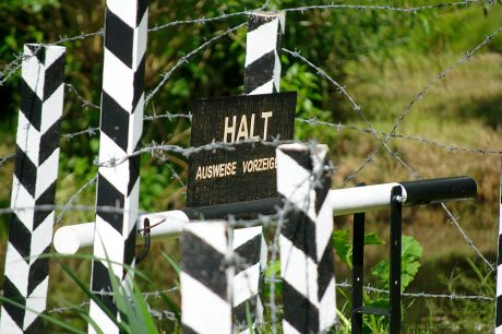 HALT -- Ausweise vorzeigen