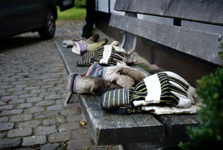 Handschuhe auf Bank