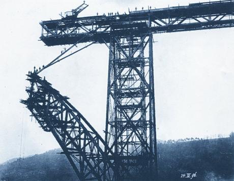 einer der Hauptpfeiler der Müngstener Brücke: im Jahre 1896