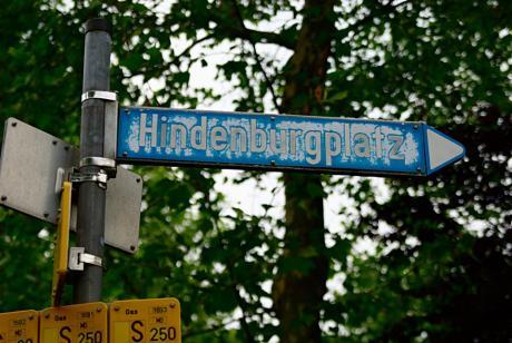 Straßenschild Hindenburgplatz: der Lack ist ab, UV wars