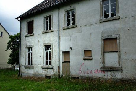 eine ehemalige Schule: (Aufnahme 20.6.2010)