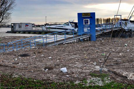 Klein Fukushima im Hitdorfer Hafen: Wer mag hier später durchwischen?