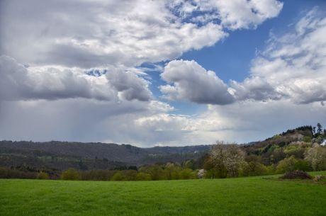 Der Blick ins Tal der Wupper: So im Frühling haben die Farben eher einen unnatürlichen Charakter