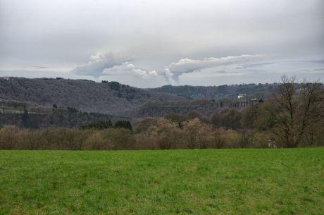 Hohenscheid am 6. Januar 2018: Die Wolkengeneratoren des RWE versehen wieder sichtbar ihre Arbeit