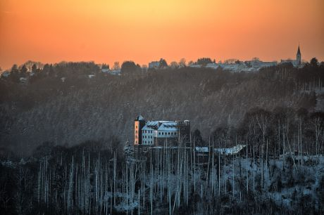 Haus Hohenscheid im Schein der untergehenden Sonne