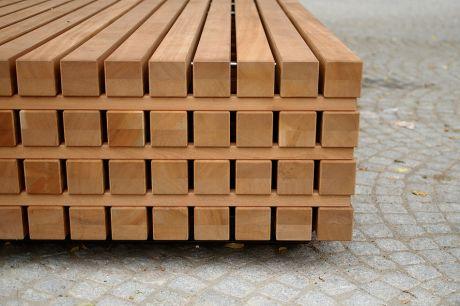 Holzkubus: als Sitzgelegenheit