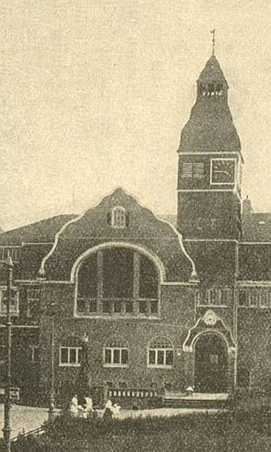 Gräfrather Rathhaus: mit erahnbarem Kriegerdenkmal vor dem Eingang. Heute steht dort die Mollige