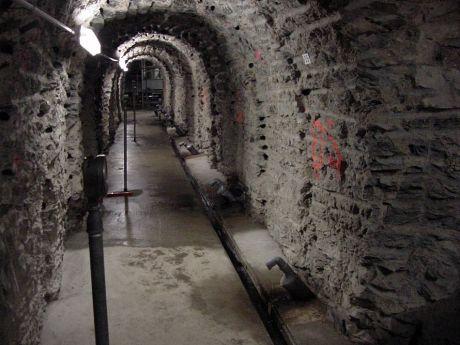 In der Mauer der Sengbachtalsperre: (Mai 2001) Der Stollen wurde vor Jahren nachträglich bergmännisch in die Mauer gestemmt.