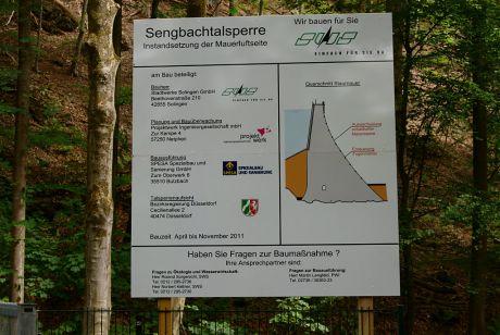 Baustellenschild in Glüder: Sengbachtalsperre