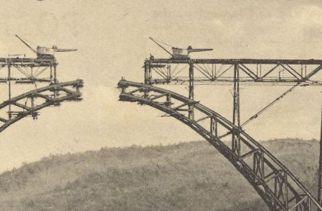 Kräne zur Montage des Brückenbogens und der Gerüstbrücke: Auschnitt aus Postkarte