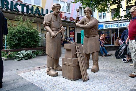 Klingenschmieddenkmal von Henryk Dywan: gut, dass direkt ein Sanitätshaus in der Nähe ist, sollte ein Schlag einmal Richtung Daumen gehen.