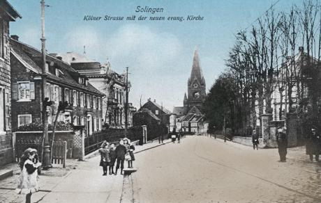 Kölner Straße mit der neuen evangelischen Kirche