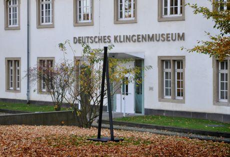 Plastik von Wolfgang Körber vor dem Solinger Klingenmuseum