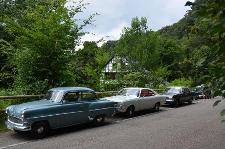 Oldtimer aus dem Hause Opel rudeln vor dem Balkhauser Kotten