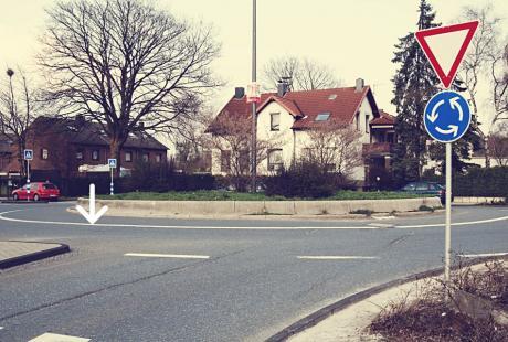 Kreisverkehr: (nicht in Löhdorf) - linker Pfeil zeigt auf innere Fahrbahnbegrenzung