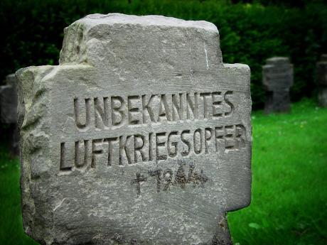 Unbekanntes Luftkriegsopfer: (ev. Friedhof SG-Höhscheid)