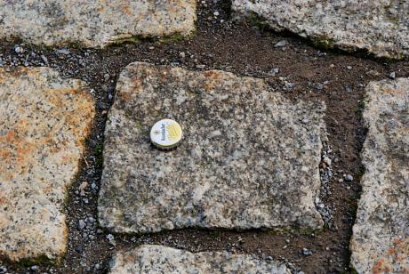 Kronkorken: an Granit