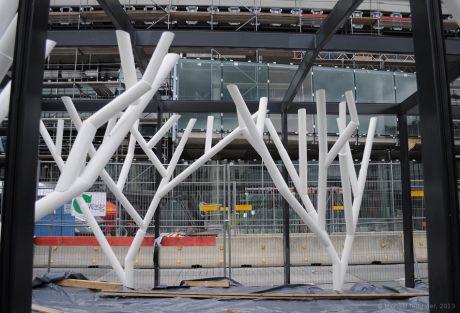 Kunst am Bau: erste Bäume am neuen Hofgarten