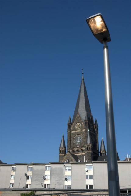 Lampentest: Bahnsteigbeleuchtung, im Hintergrund die Martin-Luther-Kirche