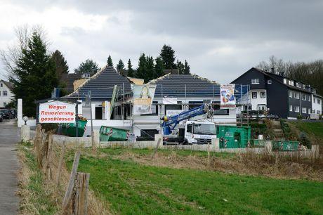 Landhaus Pfaffenberg, wegen Renovierung geschlossen: Das neue Dach ist fast fertig