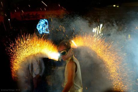 Lenn Flam: die tänzerische und musikalische Auseinandersetzung mit dem Element Feuer. Nicht nur die Gema hatte ihre Freude daran.