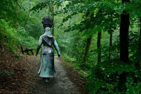 Liëwerfrau (von Erlefried Hoppe) auf Abwegen: Die Frau des Schleifers oder Reiders besorgte den Gang von den Höfen, aus dem Kotten in die Stadt.