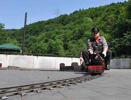Traditionell zu Gast: der Lokomotivführer Karl-Heinz Wirtz mit seiner kleinen Dampflok auf Rundkurs vor dem Haus Müngsten