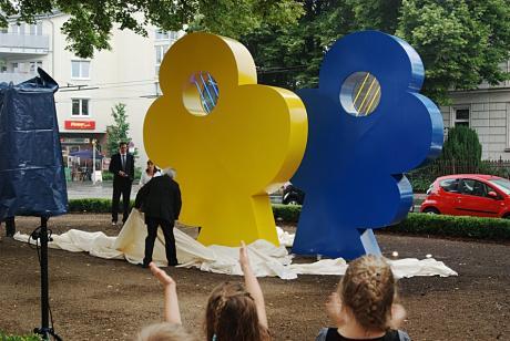 Lovers: Skulptur nach der Enthüllung, der Künstler legt letztmalig seine Hände an das Werk