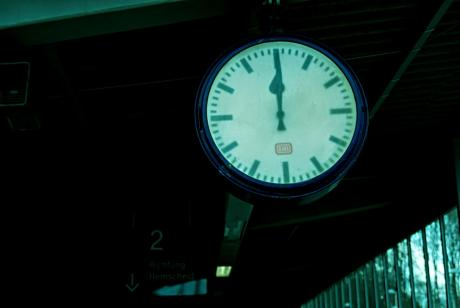 Mehr als fünf vor Zwölf: Die Bahnuhr am Bahnhalt Schaberg Anfang April 2010