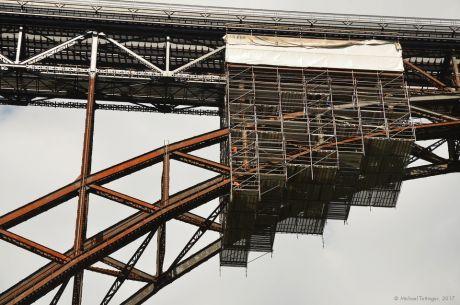 Gerüst im Bogen der Müngstener Brücke: 2 Menschen schrauben dort oben gut 100 Meter über der Wupper