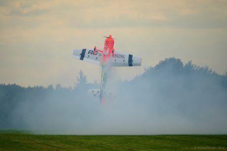 Kunstflug in Perfektion mit einem Modellflugzeug