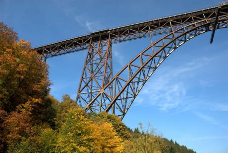 Müngstener Brücke: die Eisenbahnbrücke verbindet Remscheid mit Solingen und überspannt die Wupper