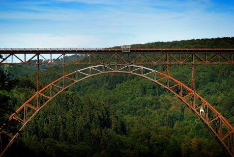 rostende Müngstener Brücke mit Tempel: (Foto: August 2011)