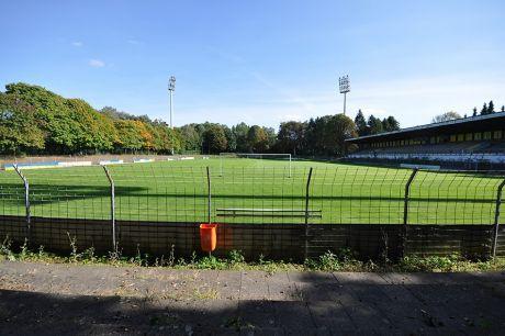 gepflegter Naturrasen im gesperrten Stadion am Hermann-Löns-Weg (Solingen-Ohligs)