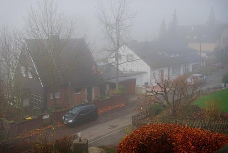 """Nebel: althochdeutsch nebul, verwandt mit lateinisch nebula, und griechisch νέφηλη (nephele) oder νέφος = """"Wolke"""""""
