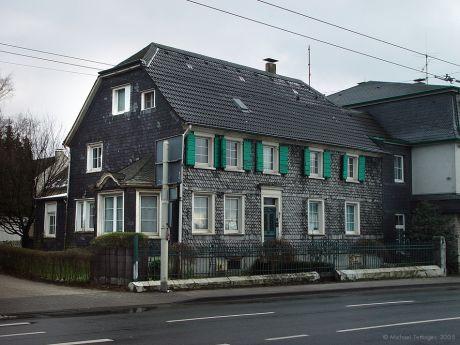 Neuenhofer Straße 8: Wohnhaus und Amtshaus des Höhscheider Bürgermeisters Johann Peter Höfer. Er übte sein Amt  von 1821 bis 1849 aus.