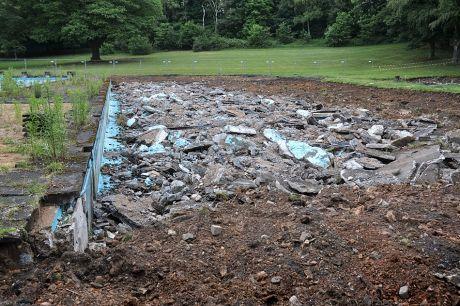 Nichtschwimmerbecken: in Trümmern