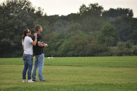 Nico Niebergall am Steuerknüppel seiner Siai Marchetti: Während des Duo-Kunstfluges Original + Modell