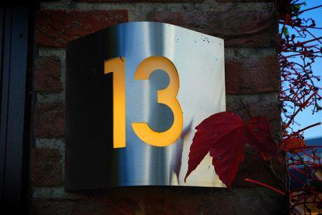 Nummer 13: Ein nicht alltägliches Hausnummernschild irgendwo in Widdert