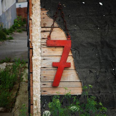 Nummer 7 in rot