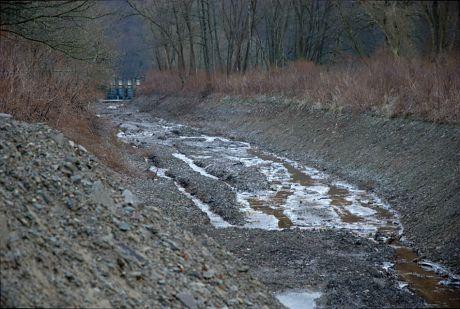 abgesperrter Obergraben der Widderter Wasserkraftanlage: (Foto vom 5.2.2012)
