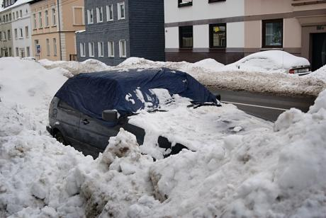 Am winterlichen Straßenrand