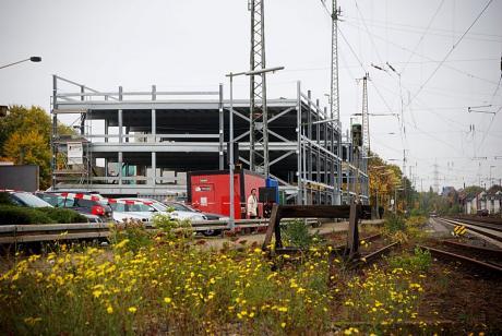 Solingen-Hauptbahnhof: Blümchen und Parkhäuser gedeihen prächtig - bei ausreichender Düngung