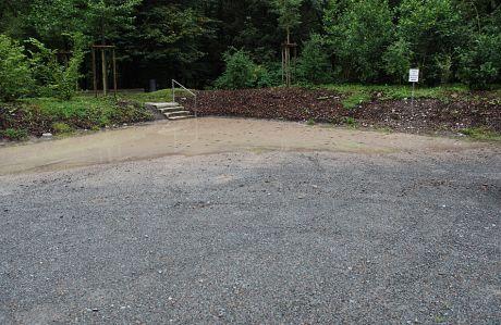 Parkplatz Brückenpark mit Riesenpfütze: Was als Ankunftsort gedacht war, entwickelt sich zeitweise zur Schlammgrube (Foto aus dem Jahre 2007)
