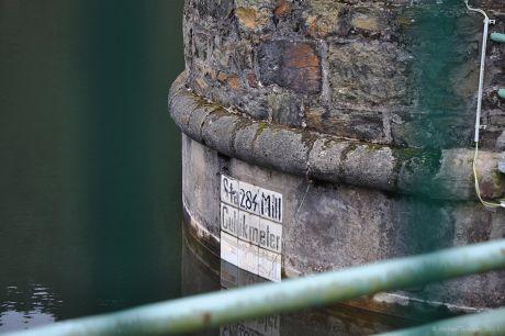 Pegel-Markierung: an einem der beiden Wasserentnahme-Türmchen